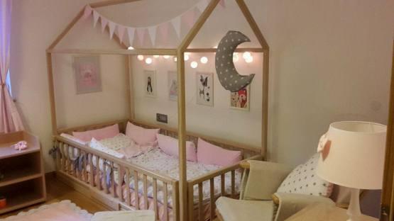 Lesena otroška postelja.