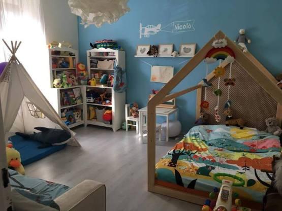 Otroška postelja lesena hiška.