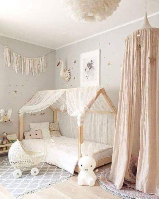 Postelja hiška za otroško sobo.
