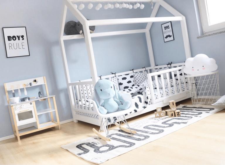 Lesena otroška postelja hiška.